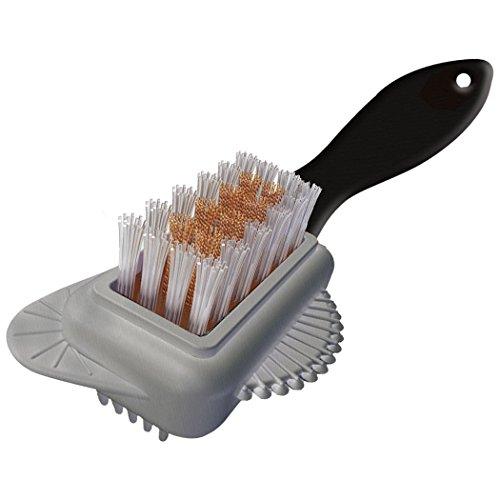 Một chiếc chổi chuyên dụng bằng nhựa để vệ sinh bề mặt áo da